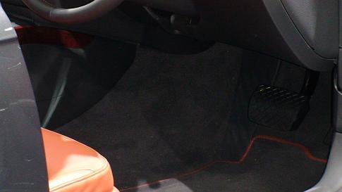 アウディ新型A43.2クワトロ画像 右ハンドル仕様のレッグスペース